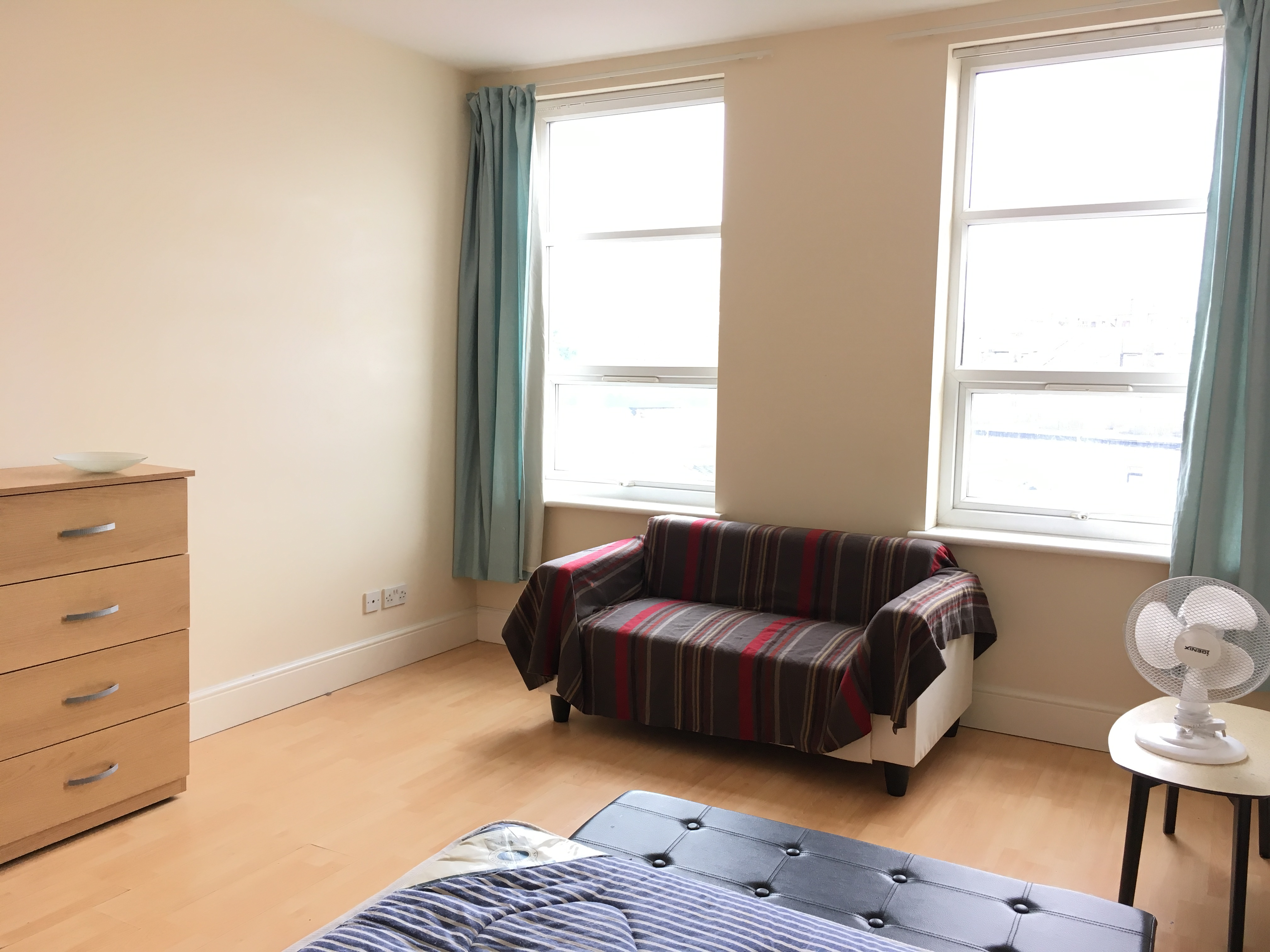 Spacious 2/3 bedroom flat in Upper Clapton E5.