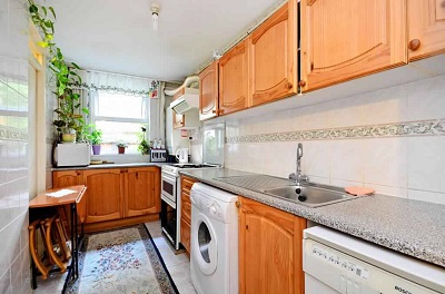 A split level spacious 3 bedroom ex-local authority flat within this purpose built block to let in Stamford Hill, N16.