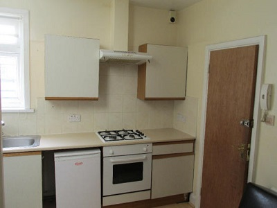 Split level studio flat with separate kitchen and garden located Bounds Green N22.