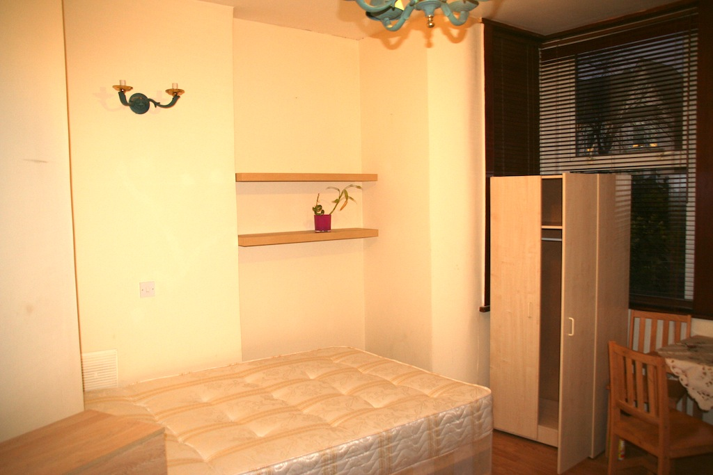 Well located studio flat moments away from Turnpike Lane Station.
