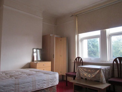 Spacious studio with separate kitchen situated Stoke Newington N16.
